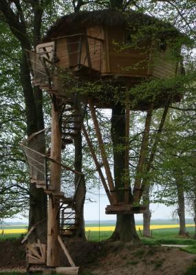 Cabane des sorcières vue de profil avec son escalier en colimaçon.