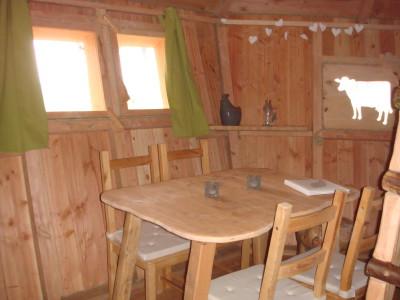 Cette cabane perchée est équipée d'une table et de chaises afin de pouvoir vous restaurer à l'intérieur.