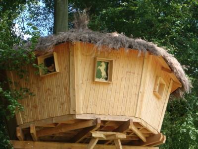 Gros plan sur la cabane de la ferme qui permet d'apprécier sa toiture en brémaille en forme de chapeau de sorcière.