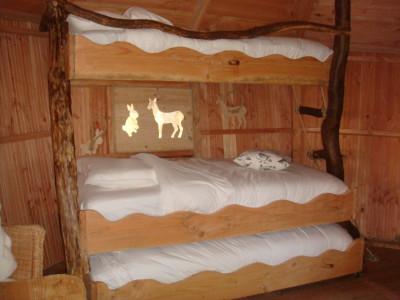 Vue sur le lit superposé qui fera le bonheur des petits et des grands aventuriers. On aperçoit un lit tiroir dissimulé dans le bas.