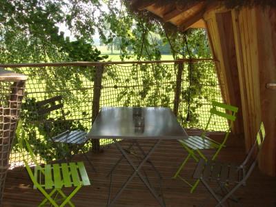 La terrasse de la cabane de la ferme est attenante à l'entrée de celle-ci et sécurisée par une fermeture non accessible aux tous petits. Nous mettons à votre disposition une table et des chaises pliantes pour pouvoir en profiter.