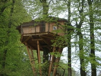 La terrasse de la cabane des sorcières est attenante à celle-ci. Elle donne vers les herbages qui entourent le corps de ferme.