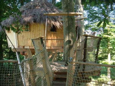 Le fameux «pont de singe» qui permet de passer de la terrasse à cette cabane perchée.